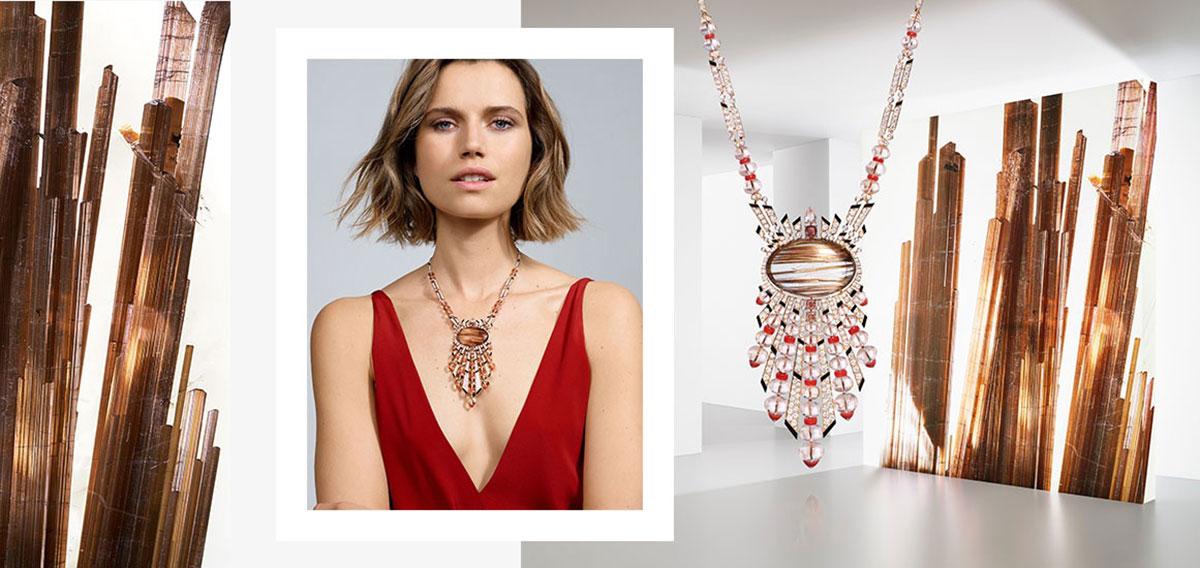Mẫu Cartier Aphèlie: Đá thạch anh tóc (rutilated quartz) làm tâm điểm của chiếc vòng cổ to bản này. Những vân tóc óng ánh phản chiếu các sợi tua rua màu từ morganite hồng và kim cương.