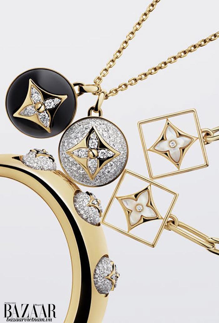 Francesca Amfitheatrof rất ưa dùng các thiết kế có mắt xích. Những chi tiết này tiếp tục xuất hiện trong BST trang sức B BLOSSOM Louis Vuitton.