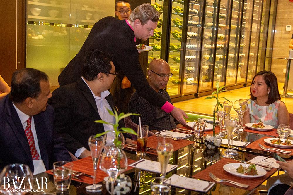 Các thực khách thưởng thức ẩm thực đúng vị Malaysia trong không gian sang trọng của Le Méridien Saigon