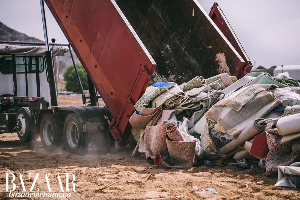 Công đoạn thu thập thảm cũ để chiết xuất sợi polyester làm nylon tái chế