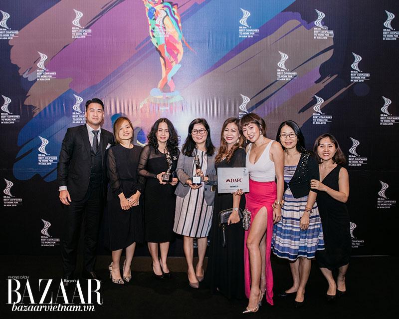 Đại diện tập đoàn IPPG và công ty thời trang DAFC tại lễ trao giải