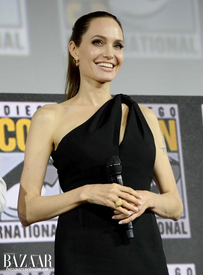 Angelina ra mắt người hâm mộ với hình ảnh vừa mạnh mẽ vừa quyến rũ khi chọn đeo hoa tai và nhẫn của Cartier