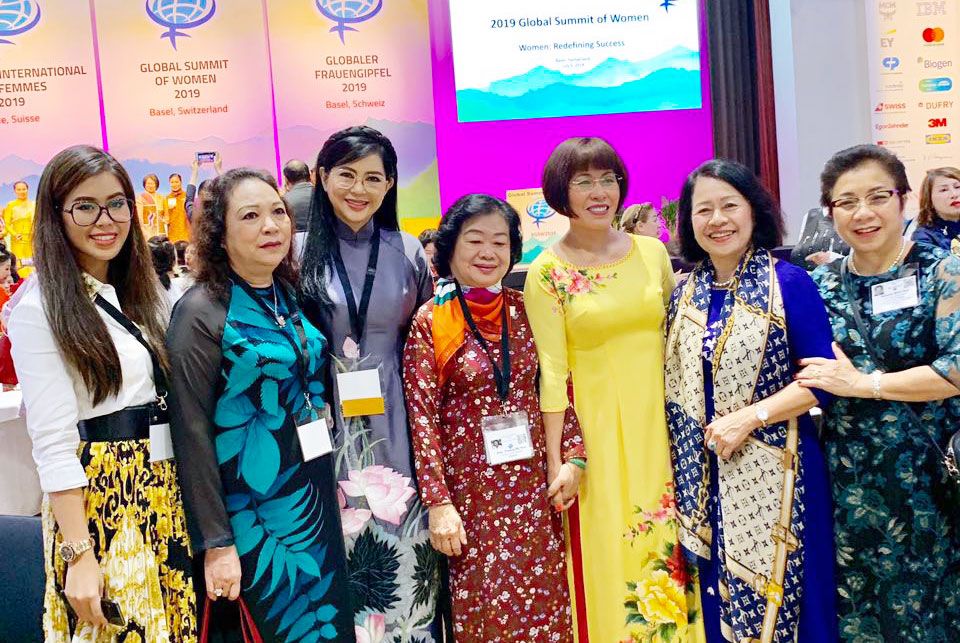 Bà Lê Hồng Thủy Tiên, con gái Thảo Tiên cùng các đại biểu đoàn Việt Nam tại hội nghị
