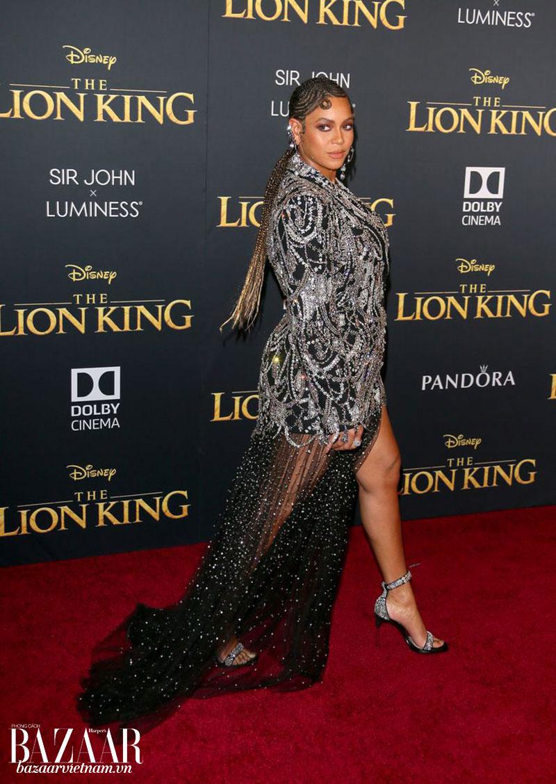Beyoncé sải bước trong trang phục Alexander McQueen
