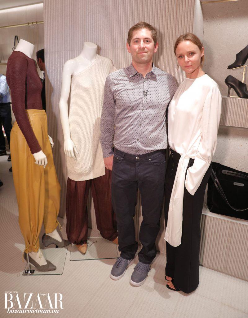 Stella McCartney (phải) cùng đại diện từ Bolt Threads (trái) bên các thiết kế từ vải tơ nhện