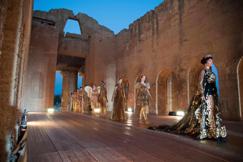 Những người mẫu xuất hiện từ đền thờ Concordia trong show diễn Dolce & Gabbana Alta Moda 2019