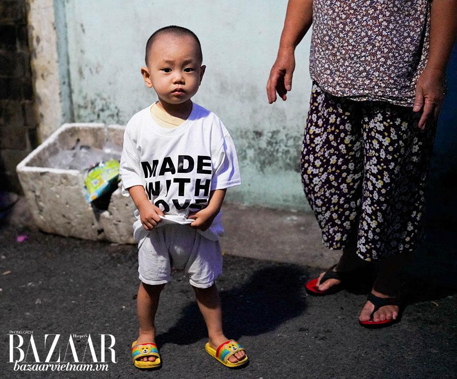 """Chiếc áo phông """"Made with Love"""" được JOHN JACKIE trao tặng cho trẻ em Việt."""