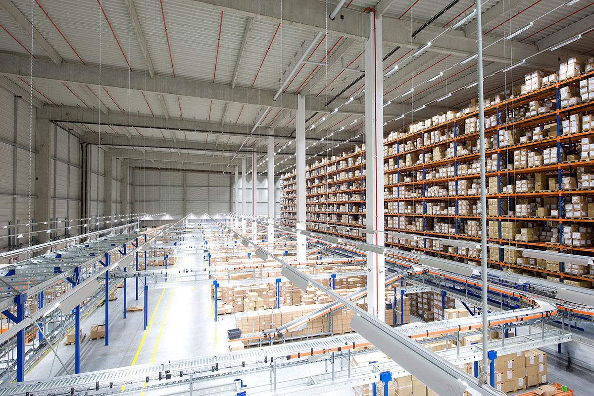Bên trong nhà kho, xưởng vận chuyển của H&M tại Hamburg, Đức