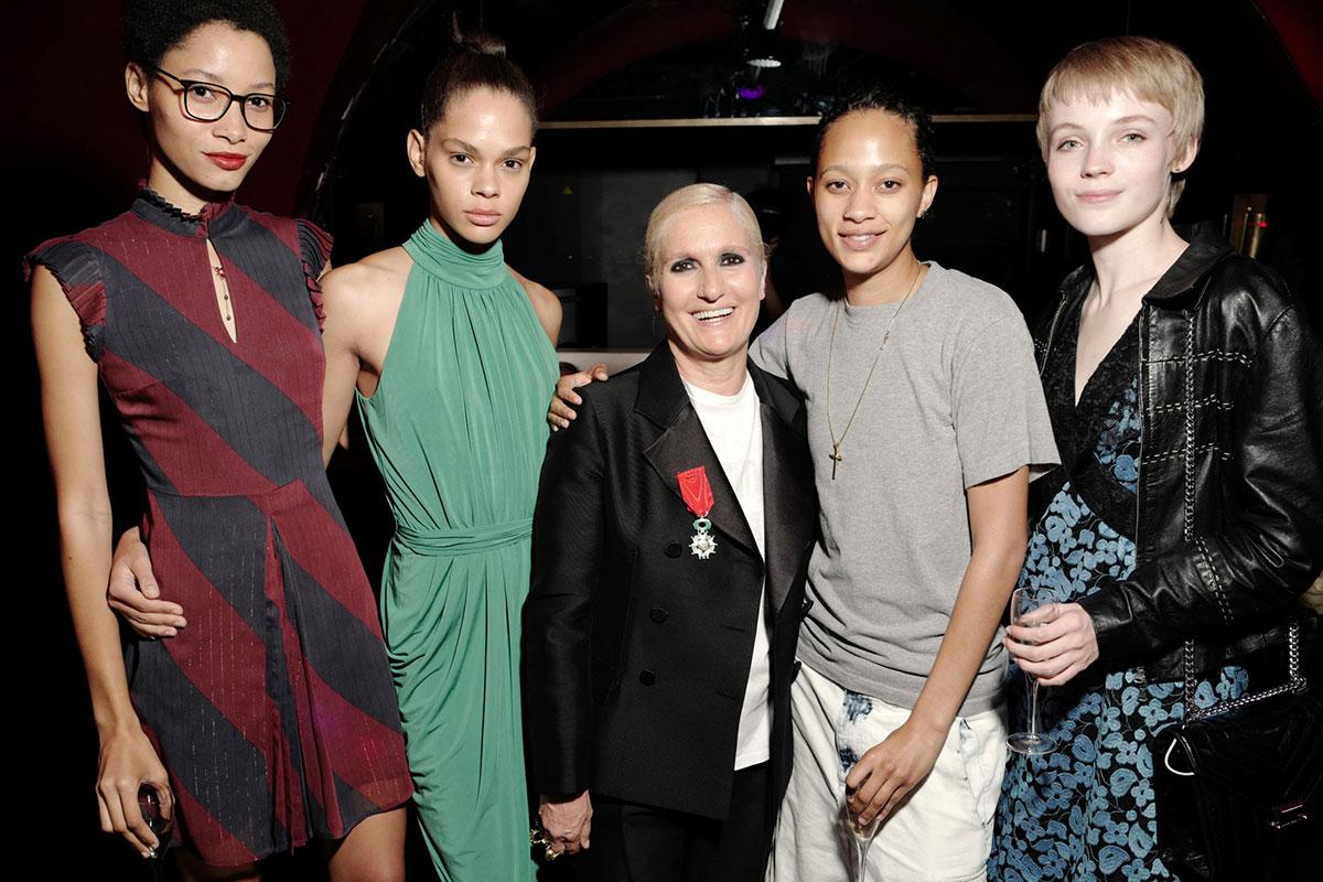 Maria Grazia Chiuri bên những người mẫu vừa trình diễn show Haute Couture của Dior tại Paris