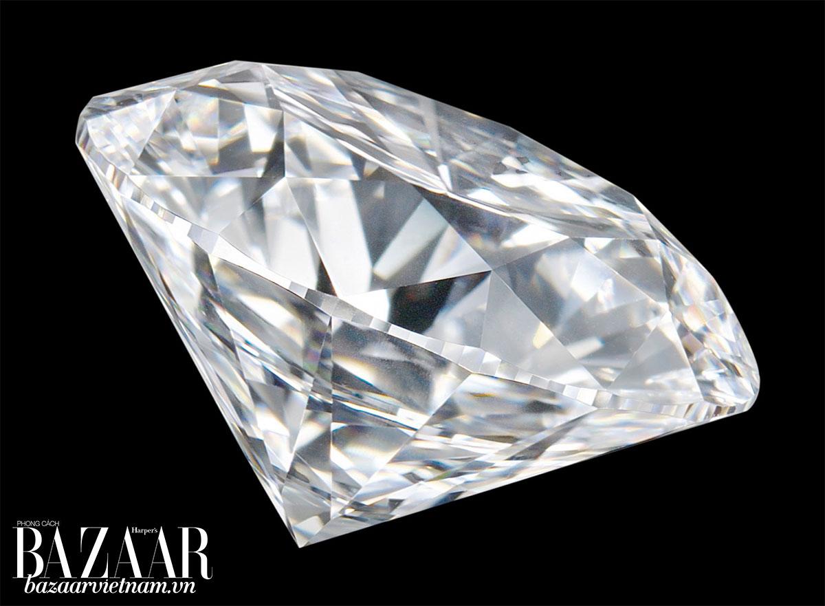 Nhẫn đính hôn Cartier có 7 kiểu đính đá quý. Cùng những viên kim cương tròn có trọng lượng từ 0,18 – 1,99 carat.