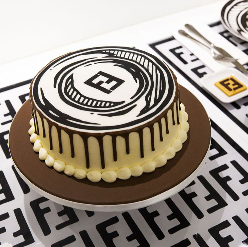 """Chiếc bánh ngọt vẽ phong cách của Joshua Vides, đi kèm logo Fendi """"FF"""""""