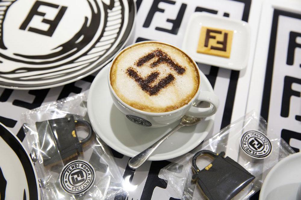 Tách cà phê nổi bật nhất Instagram mùa hè này, bên cạnh chiếc bánh quy hình túi Fendi