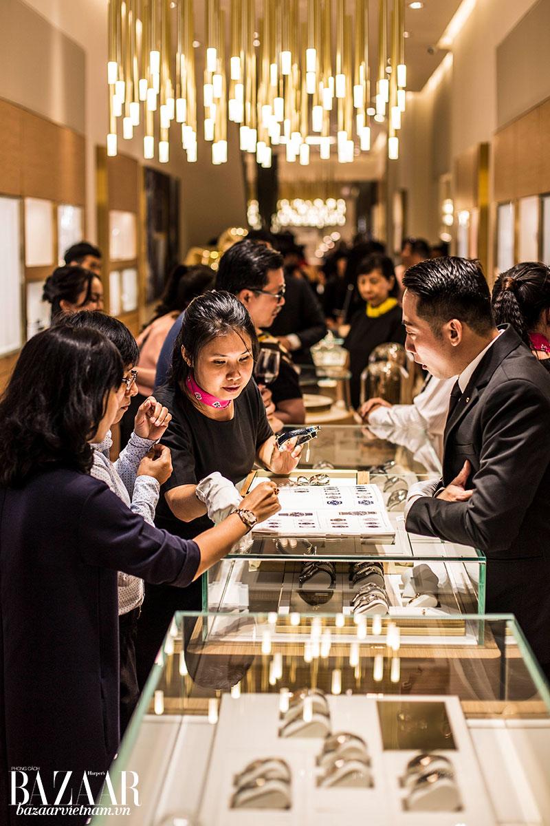 Khi đến đây mua sắm, khách hàng sẽ được tư vấn cặn kẽ, cũng như được nhìn ngắm và trải nghiệm các mẫu OMEGA được yêu thích nhất toàn cầu