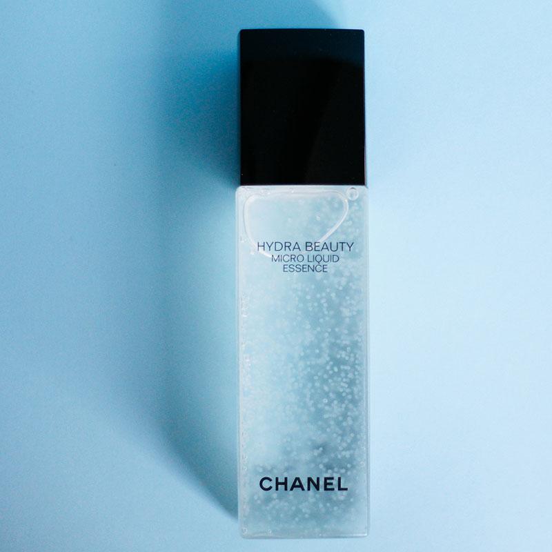 Chanel Hydra Beauty Micro Liquid Essence. Tinh chất dầu hoa trà và tinh chất gừng xanh sẽ cung cấp đủ độ ẩm cho làn da bạn suốt ngày dài.
