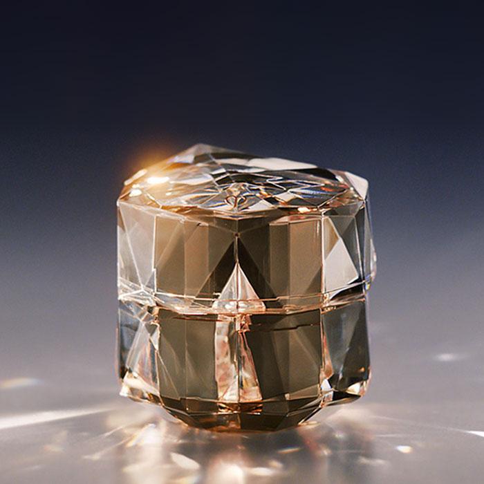 Chứa phức hợp Illuminating Complex EX, giúp dưỡng ẩm, tái tạo da và giảm sự tổn hại da do tác động môi trường.