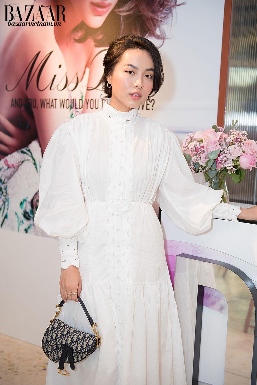 Lê Hà Trúc thì chọn chiếc túi Dior saddlebag bằng họa tiết oblique đang được Dior lăng-xê gần đây