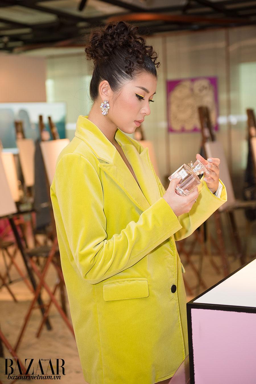 Đổng Ánh Quỳnh mân mê chai nước hoa Miss Dior