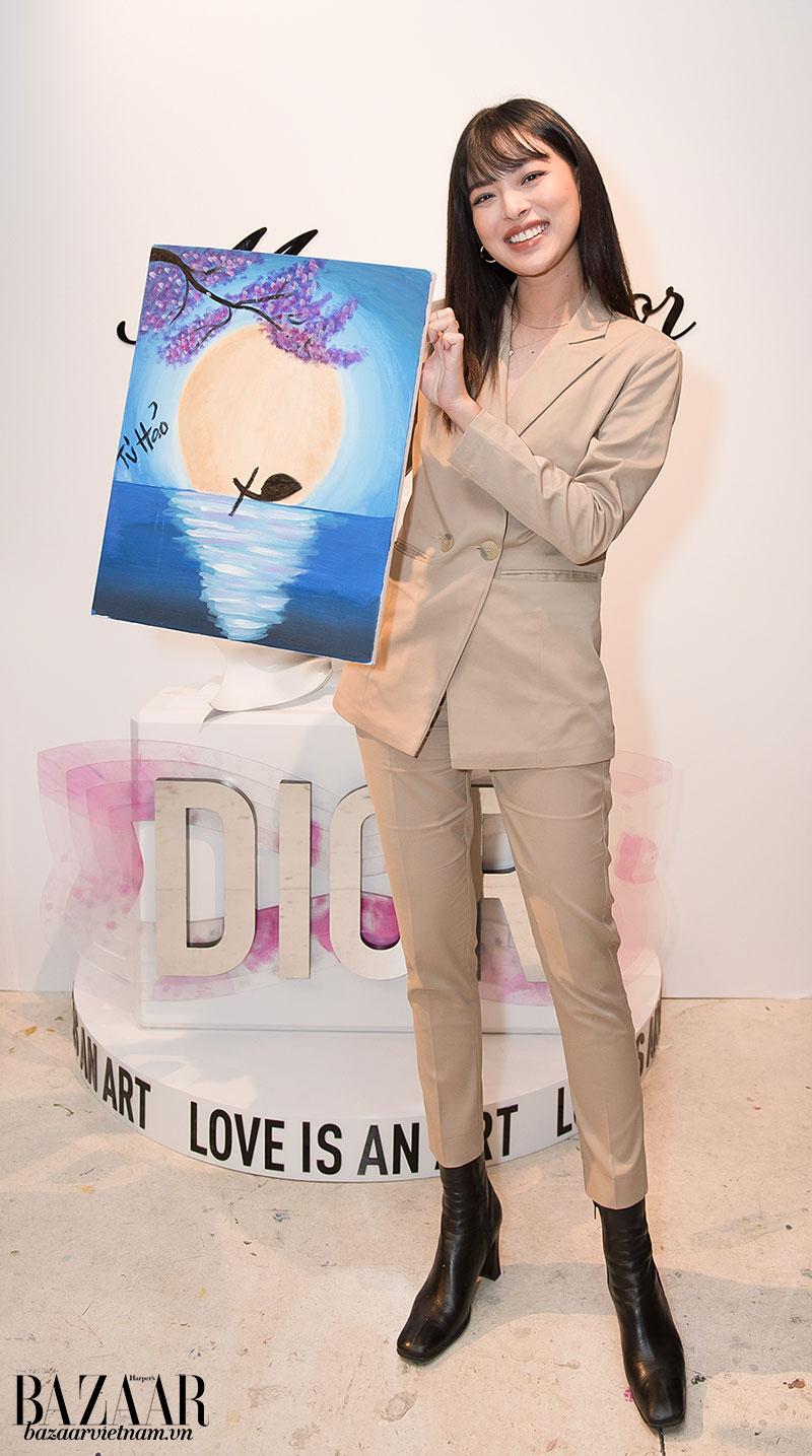 Tú Hảo cười tươi rói sau khi được vẽ tranh trong mùi hương hoa quyến rũ và tinh tế của Miss Dior