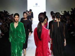 Trầm trồ kỹ thuật đính lông vũ trong BST Pre-Fall 2019 của HA LINH THU
