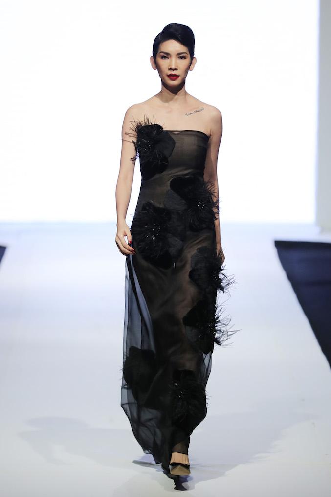 Siêu mẫu Xuân Lan sải bước kết show của thương hiệu Ha Linh Thu