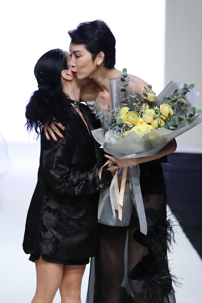 Nhà thiết kế Hà Linh Thư ôm hôn vedette của mình kết show