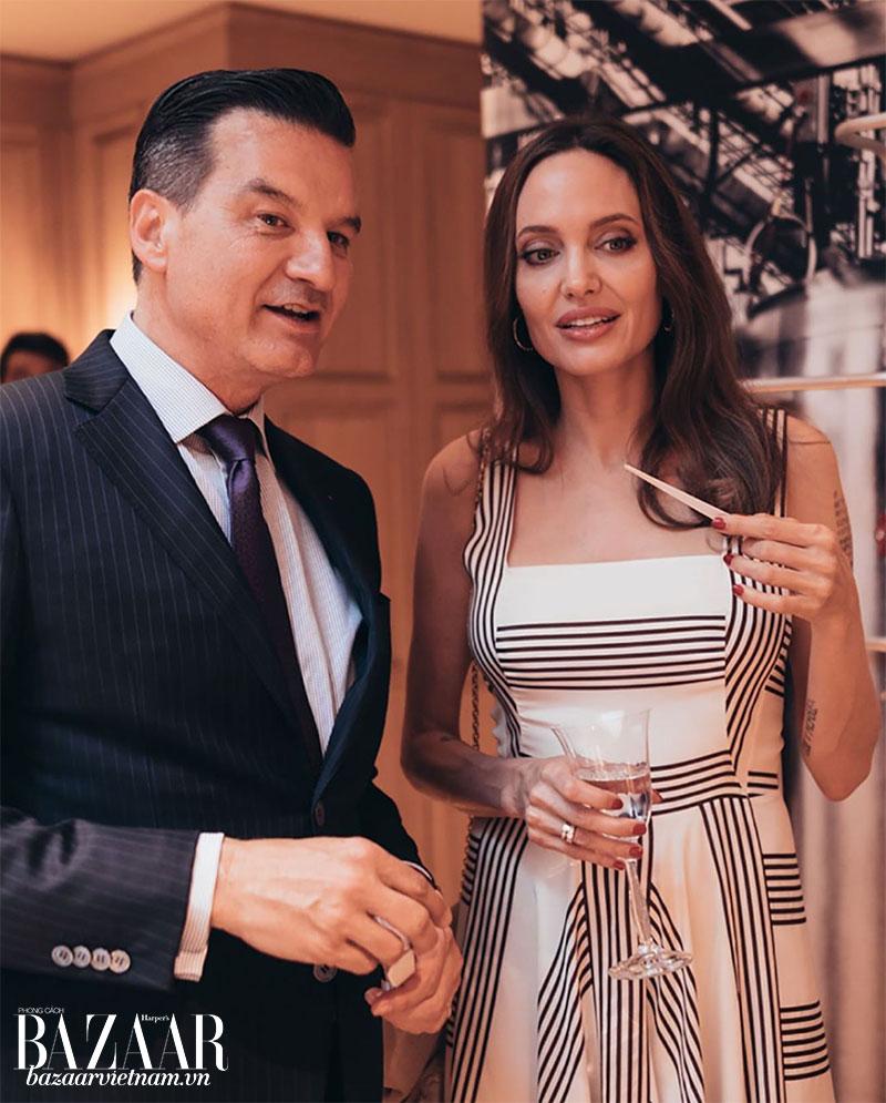 """Angelina Jolie đến tham quan cửa hàng flagship của Guerlain tại Paris. Cô trò chuyện với """"chiếc mũi"""" làm nên nước hoa Mon Guerlain, ông Thierry Wasser. Ảnh: Instagram Guerlain"""