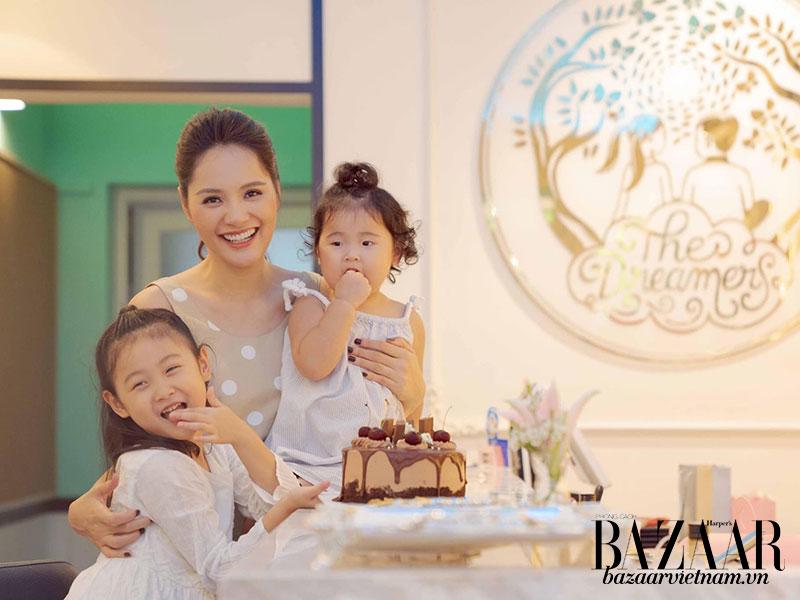 Hoa hậu Hương Giang bên hai công chúa kháu khỉnh. Ảnh: Facebook