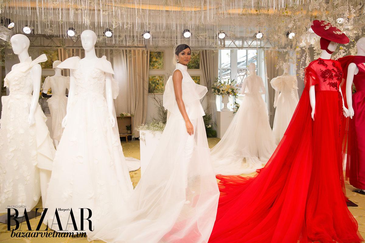 Nhìn từ một bên, thiết kế này của Phương My vẫn trông như một chiếc váy cưới truyền thống nhờ lớp voan trong mờ.