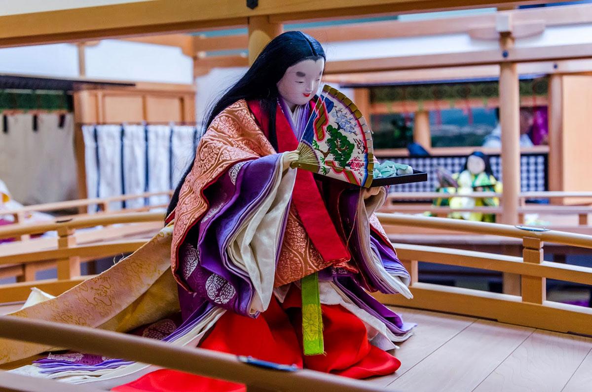 Không chỉ bảo dưỡng trang phục, bảo tàng Kyoto Costume Institute còn muốn nhấn mạnh về văn hóa Nhật. Tại đây, họ trưng bày những tích nổi tiếng của Nhật, như Tale of Genji, qua hình nộm để tái hiện cuộc sống cung đình cổ xưa.