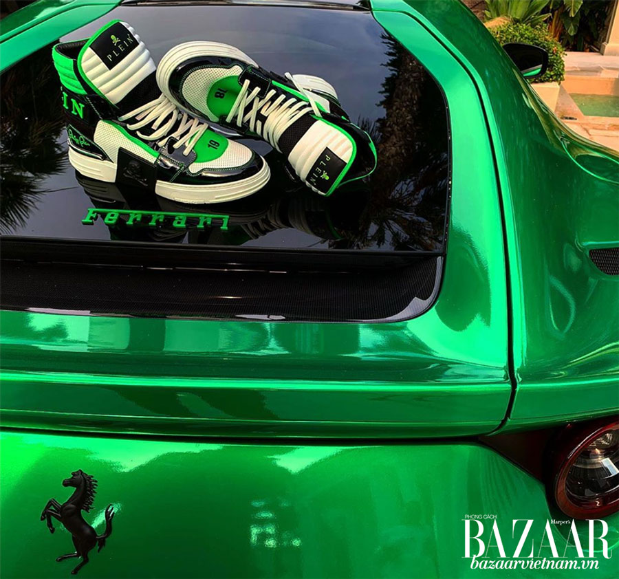 Đây không phải là lần đầu tiên Phillip Plein khoe giày và sưu tập siêu xe của mình.