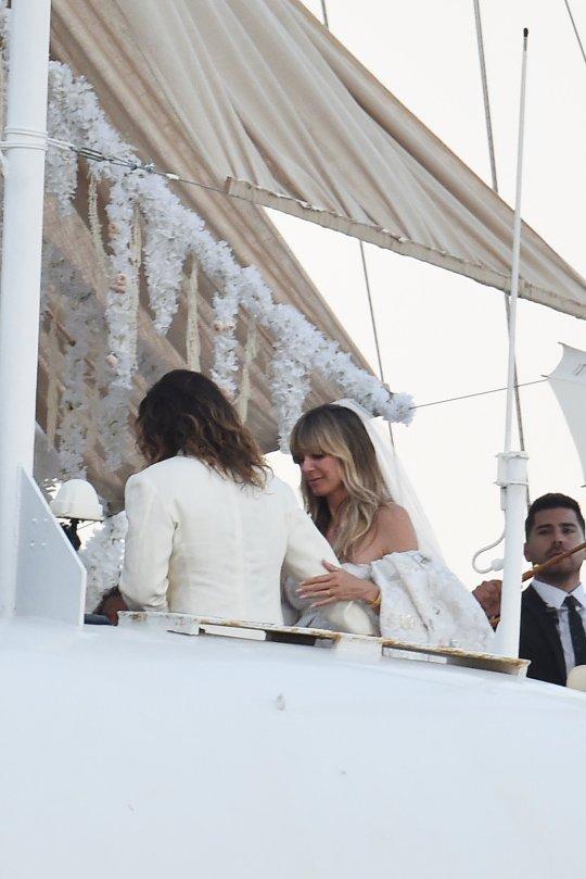 Du thuyền Ý được trang hoàng với hoa trắng. Chẳng khác gì họ đã mang cả vườn hoa lên boong tàu.
