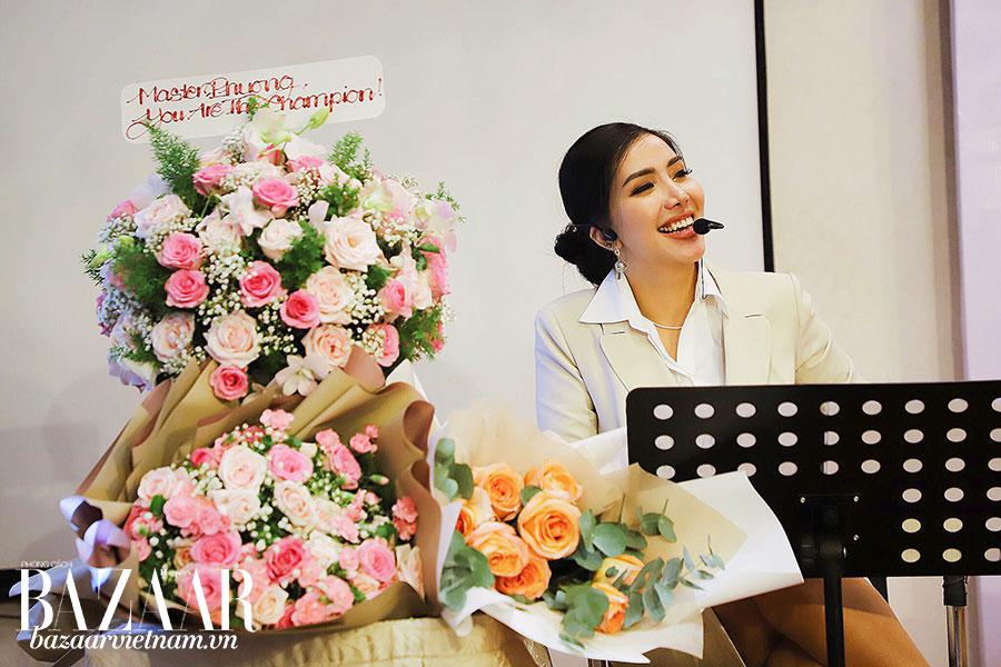 Diễn giả Đặng Kim Phượng truyền cảm hứng cho các học viên