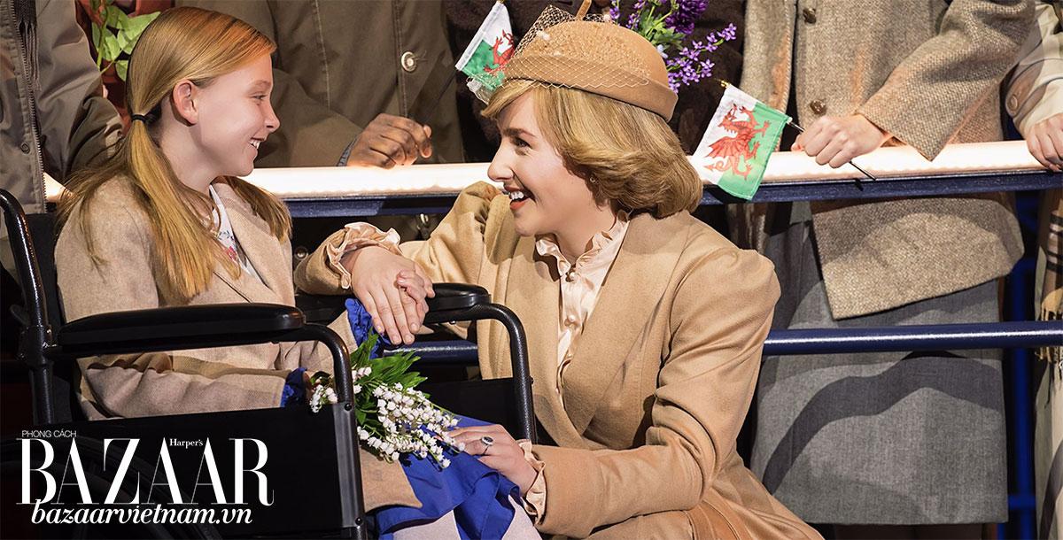 Nữ diễn viên Jeanna de Waal truyền tải tinh thần của công nương Diana quá cố trên sàn diễn