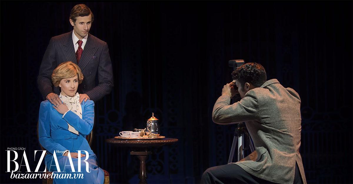Vở nhạc kịch tái hiện nhiều sự kiện hoàng gia nổi tiếng. Như bức ảnh đính hôn của Diana và thái tử Charles.