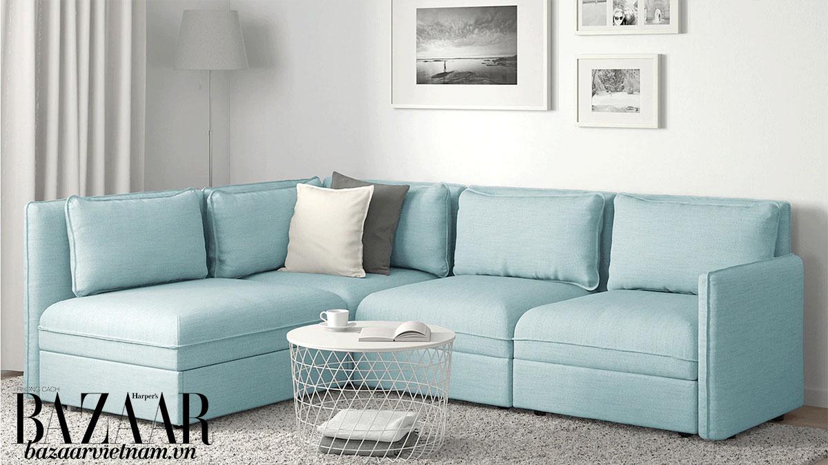 Bức tường trắng làm nổi bộ sofa màu xanh thiên thanh. Ảnh: IKEA