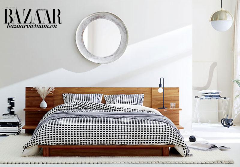 Chiếc giường này không cần thêm tủ hai bên, vì đầu giường đã được thiết kế để thay thế. Ảnh: CB2