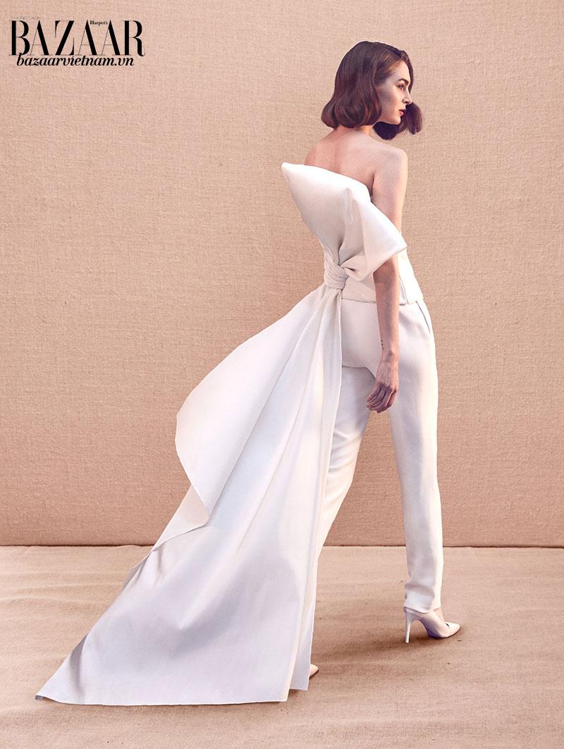 Một thiết kế trong bộ sưu tập Xuân Hè 2020 của thương hiệu Oscar de la Renta. Chiếc nơ bướm kéo dài thành đuôi áo tạo vẻ nữ tính cho người mặc.