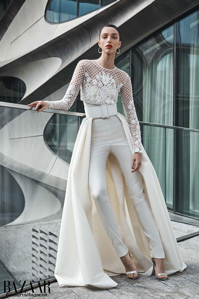 Mẫu thiết kế của Naneem Khan mùa Thu Đông 2019. Nữ tính không chỉ nhờ đuôi dài, mà còn vì các họa tiết ren trên phần thân áo.