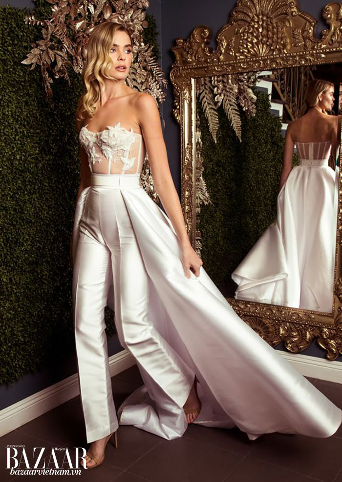 Các mẫu quần cưới cũng rất tiện cho đám cưới sân vườn, vì giúp bạn dễ đi lại. Trong hình là một mẫu của Galia Lahav, kết hợp quần cưới và áo corset ren.
