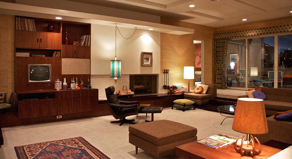 Bối cảnh nhà riêng của Don Draper trong Mad Men. Xu hướng mid-nội thất century modern thể hiện rõ trong màu gỗ nâu trầm, ghế dựa da thuộc với đường nét mạnh mẽ, và ghế ottoman có thể dùng để làm bàn sofa.