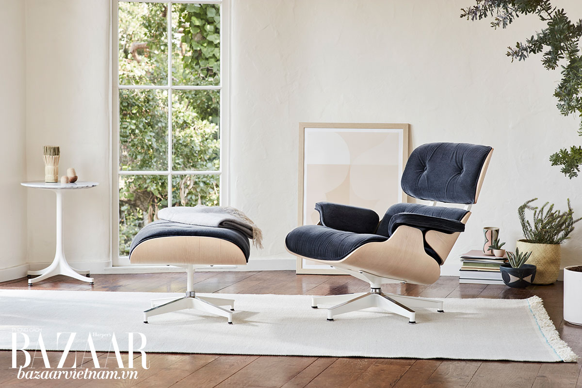 Ghế Eames và đôn chân, thương hiệu Herman Miller. Đường dáng tinh giản, không cầu kỳ, phối gỗ với da thuộc, là những nét đặc trưng của phong cách thiết kế nội thất mid-century modern