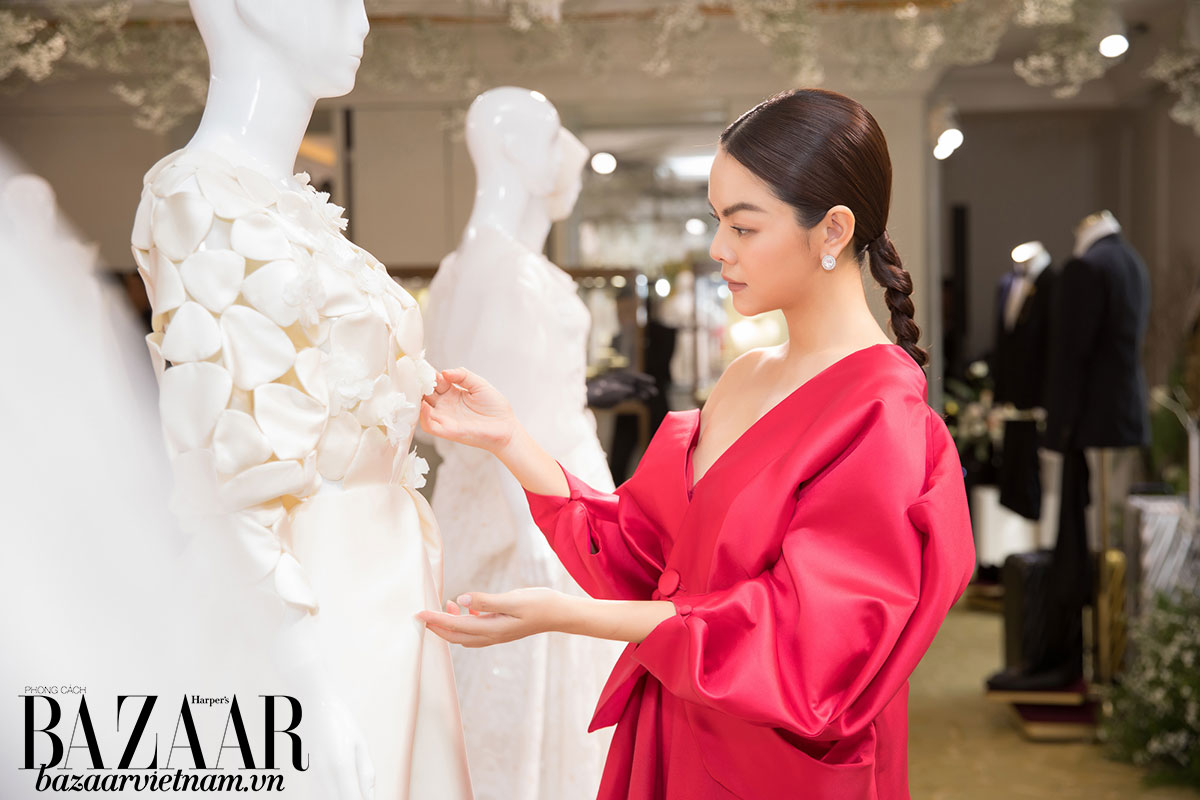 Ca sỹ Phạm Quỳnh Anh chiêm ngưỡng một thiết kế trong BST áo cưới Espoir của PHUONG MY