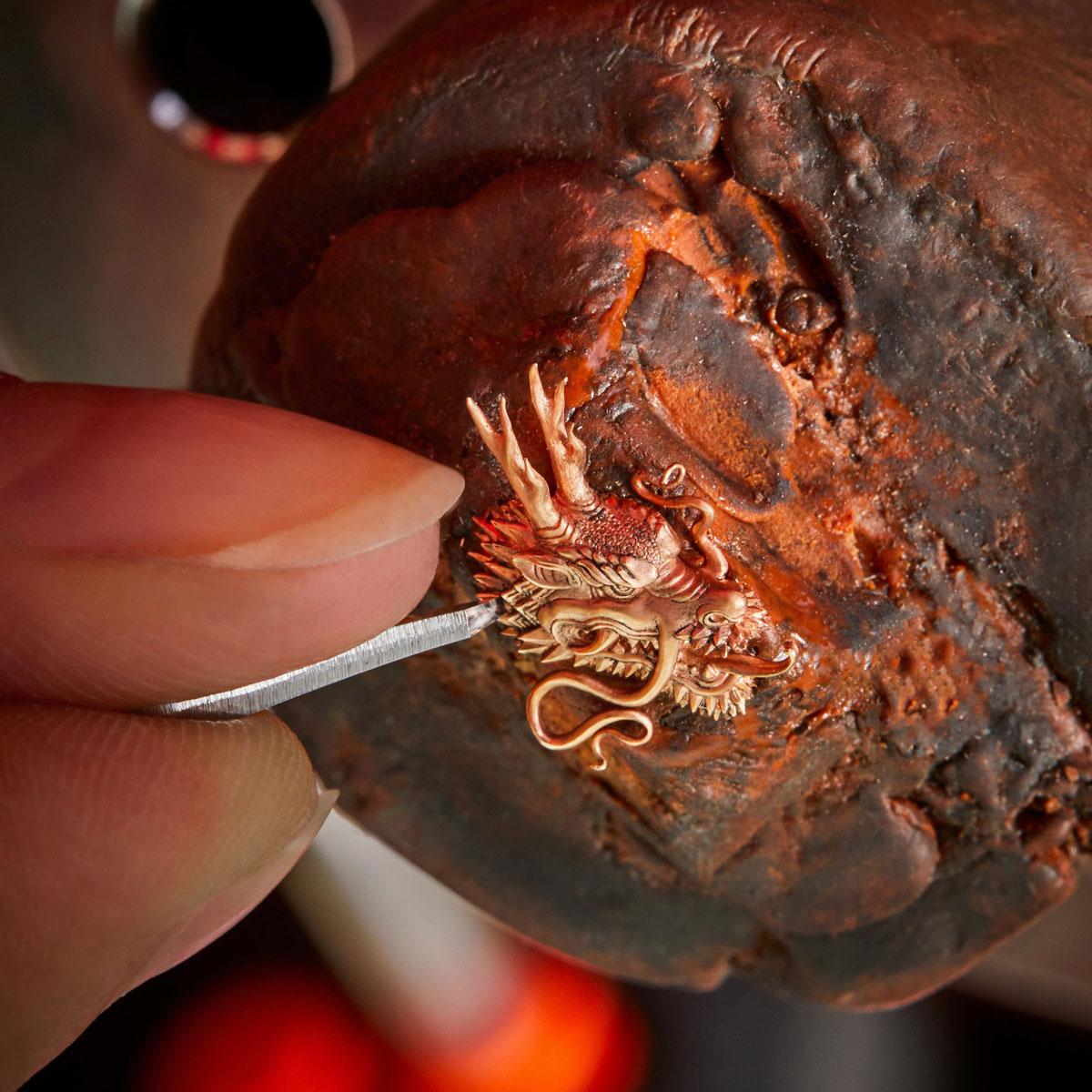 Các chi tiết đã được tính toán bằng CAD để đảm bảo đá sapphire không bị vỡ trong quá trình điêu khắc