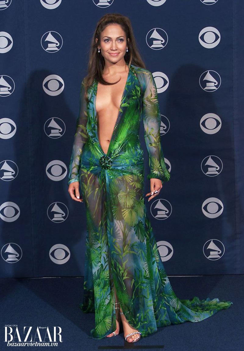Jennifer Lopez trong chiếc đầm Versace gây chấn động thế giới trên thảm đỏ Grammy 2000. Ảnh: SCOTT GRIES / GETTY IMAGES