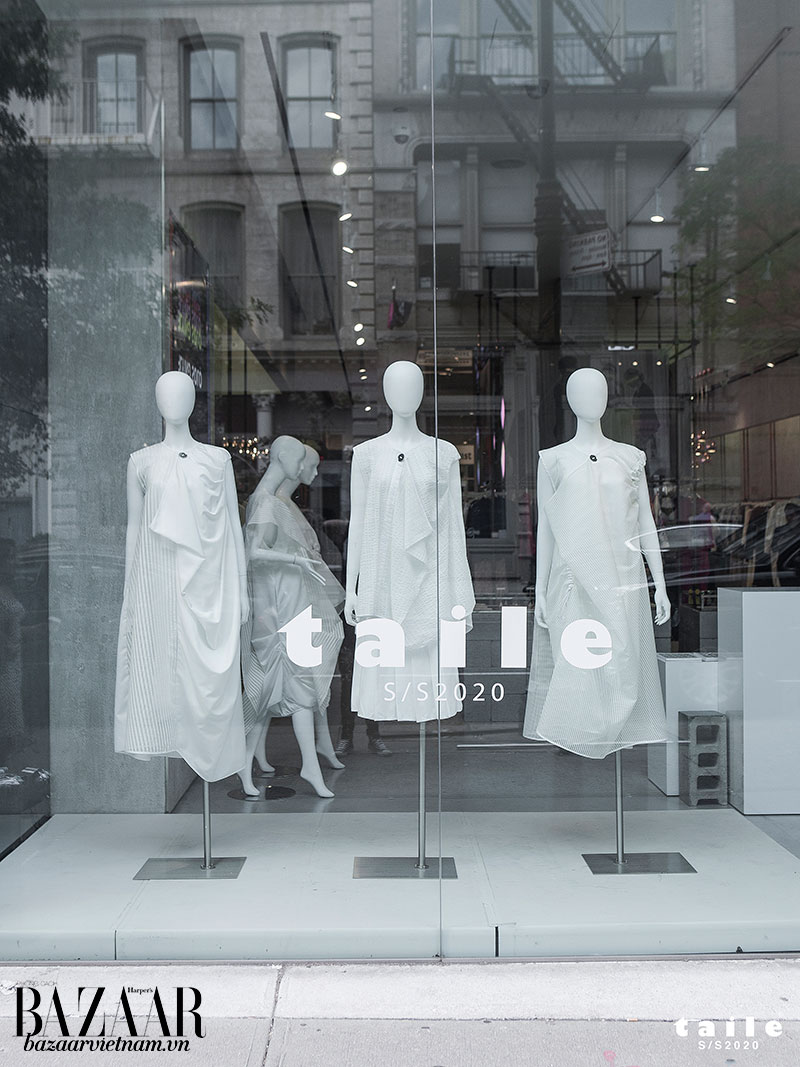 Cửa kính trưng bày BST TAILE Xuân Hè 2020 tại quận Soho, New York
