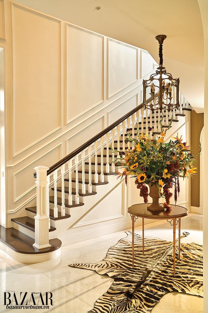 Khu vực hành lang với tường theo phong cách Victoria và bình hoa sắc màu tươi vui mà chị Hải Quỳnh yêu thích