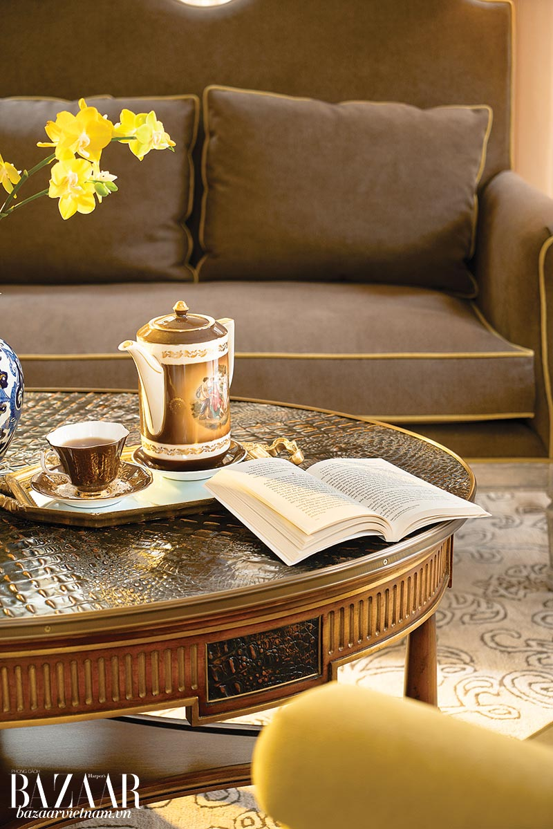 Bộ bình trà cổ trên chiếc bàn giả da cá sấu.