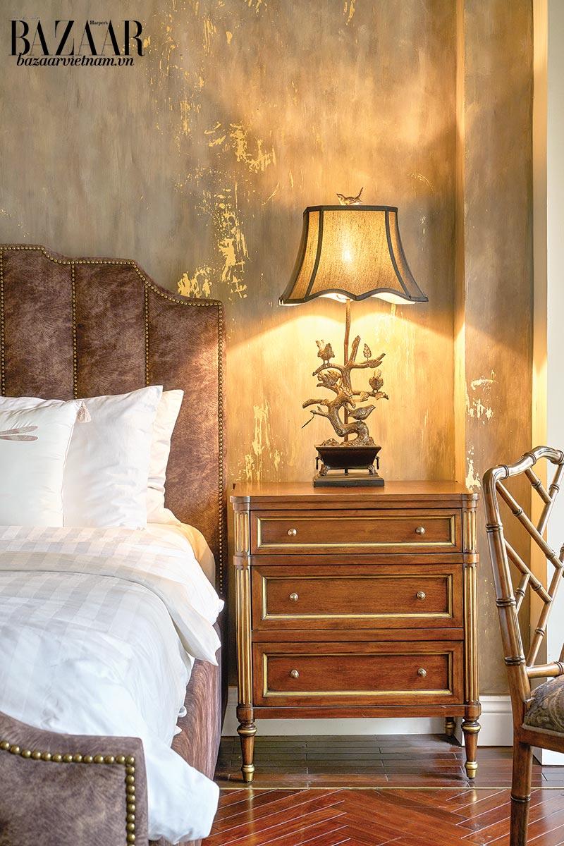 Mảng tường đầu giường với bột phủ vàng acrylic
