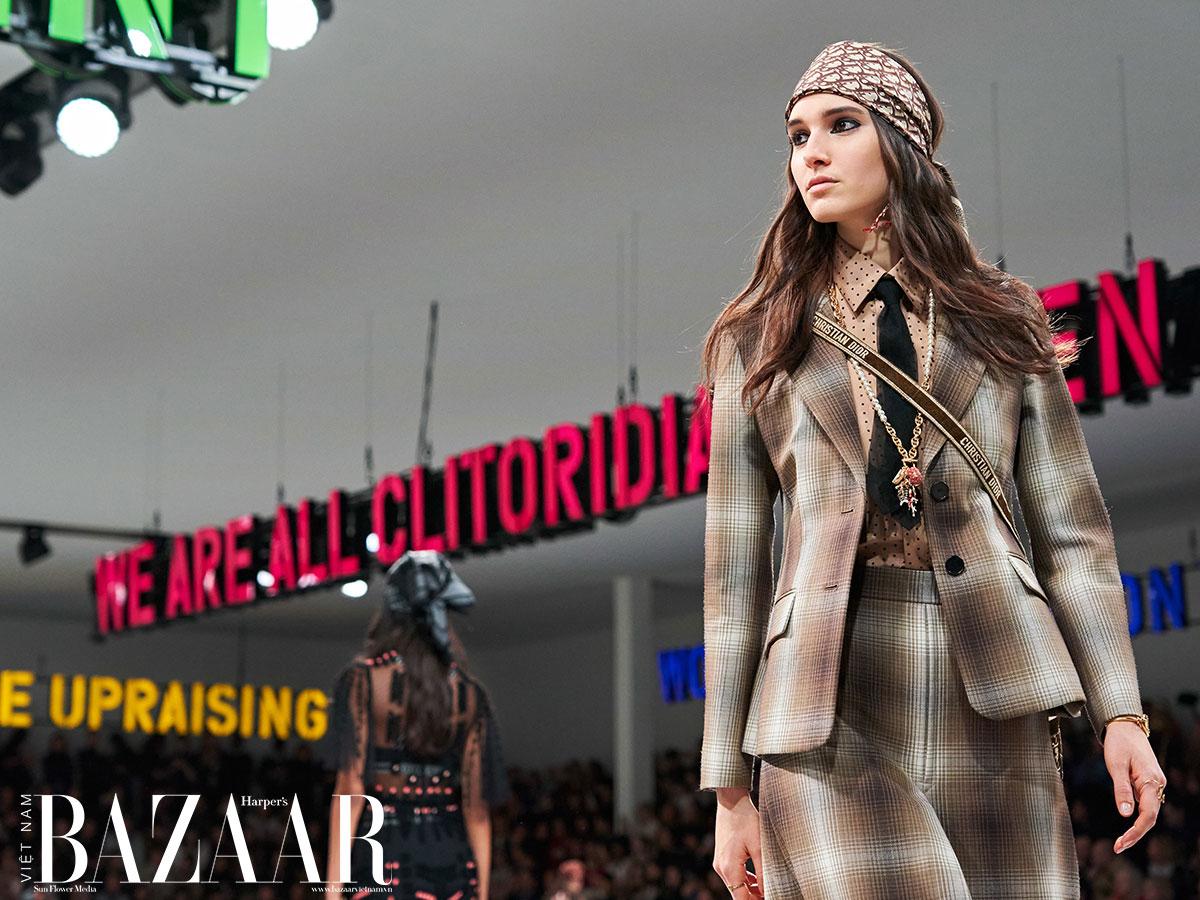 Dior luôn dùng sàn diễn thời trang để hô khẩu hiệu. Dự kiến nhà mốt sẽ không bỏ trào lưu này khi set up show thời trang cuối năm 2020. Ảnh: GoRunway.com
