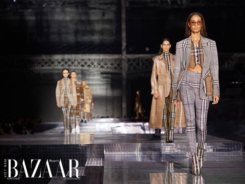 Cho show thời trang cuối năm 2020, Burberry sẽ chuyển ra địa điểm ngoài trời. Những hình ảnh futuristic như trong các show cũ của hãng thời trang Anh sẽ không còn.